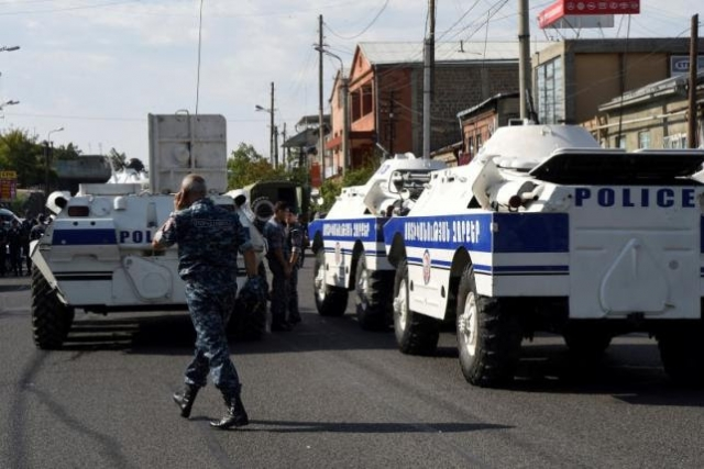 Armenia: Armed men seize Yerevan police station